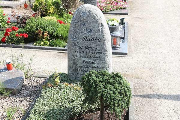 Hilgert-Grabmale-Granit-Marmor-Parkfriedhof-Dinslaken-2594-Felsen-Steelen-Hochformatsteine-schaltflaeche